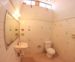 Bathroom between rooms 9 & 10 (1)