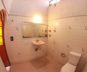 Bathroom between rooms 9 & 10 (2)